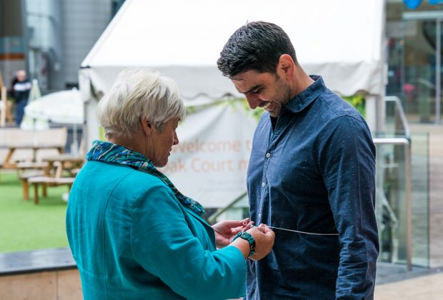 Margaret testing Chris Bavin in the Truth about Obesity